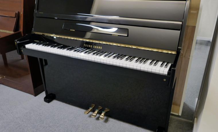 piano vertical Young Chang U109 #1438434 vista general tapa abierta